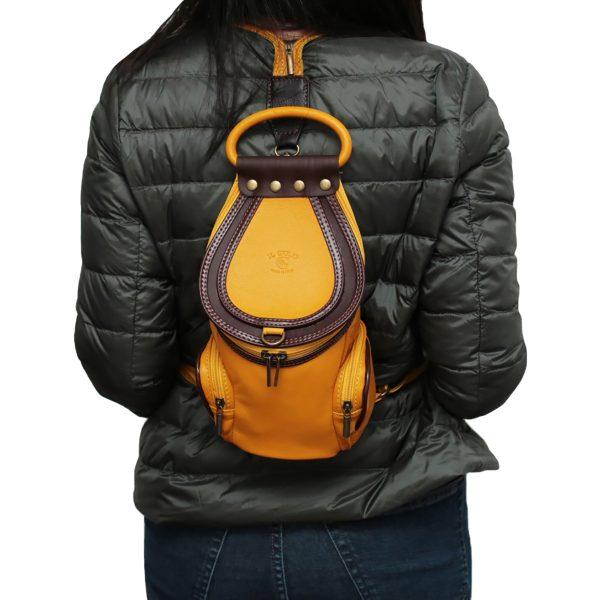 mochila bolso amarillo en piel