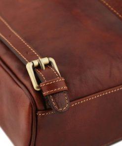 mochila de cuero marron correas