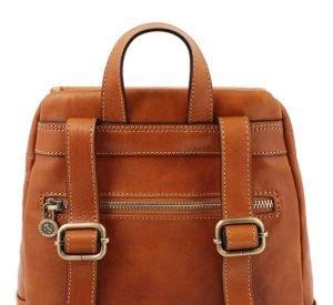 mochila en cuero cognac correas