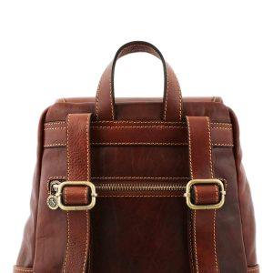 mochila en cuero marron correas