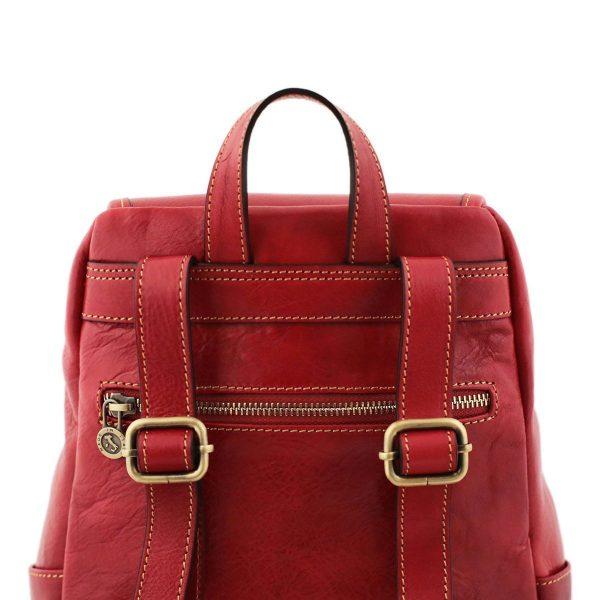 mochila en cuero roja correas